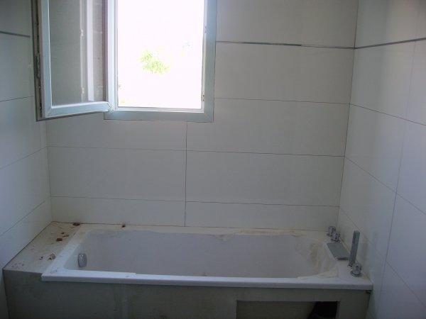fa ence sdb laqu blanche baguette en laiton chrom construction maison. Black Bedroom Furniture Sets. Home Design Ideas